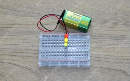 Параллельное подключение светодиодов на макетной плате