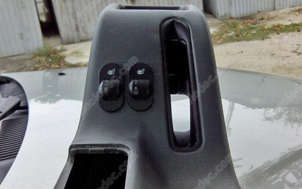 Кнопки подогрева сидений водителя и переднего пассажира