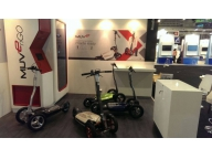 Опытный образец скутера и станции на выставке в Барселоне